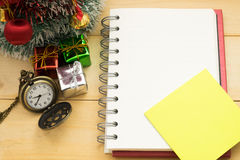 Weihnachtsbaum, Weihnachtsdekoration, Taschenuhr und Notizbuch ha stockfotografie