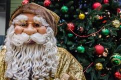 Weihnachtsbaum, Weihnachtsdekorationen und Santa Claus stockfotos