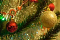 Weihnachtsbaum werden mit Bällen verziert Lizenzfreies Stockbild