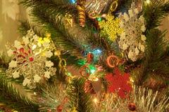 Weihnachtsbaum werden mit schönen Schneeflocken verziert Stockfotografie