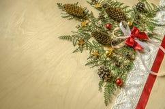 Weihnachtsbaum wird von den Zweigen von Thuja mit Tannenzapfen gesammelt Lizenzfreie Stockfotografie