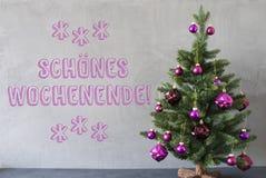 Weihnachtsbaum, Zement-Wand, Schoenes Wochenende bedeutet glückliches Wochenende Lizenzfreies Stockbild