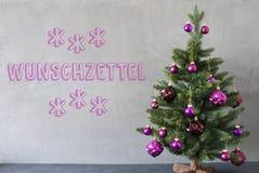 Weihnachtsbaum, Zement-Wand, Wunschzettel bedeutet Wunschliste Lizenzfreie Stockbilder