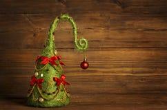 Weihnachtsbaum-Zusammenfassungs-Dekoration, Schmutz-hölzerner Hintergrund Stockfotografie