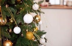 Weihnachtsbaumast-Ball-Dekorations-neues Jahr mit bokeh beleuchtet auf Hintergrund stockfotos