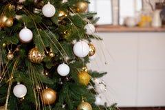 Weihnachtsbaumast-Ball-Dekorations-neues Jahr mit bokeh beleuchtet auf Hintergrund stockbild