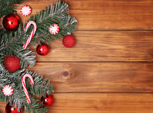Weihnachtsbaumast mit Bällen und Süßigkeitskegel Lizenzfreies Stockfoto