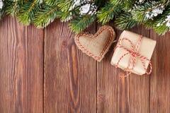 Weihnachtsbaumast mit Geschenkbox und Herzspielzeug Lizenzfreies Stockfoto