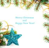 Weihnachtsbaumast mit Goldserpentin Stockfotos