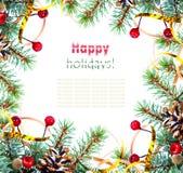 Weihnachtsbaumast mit Goldserpentin und Ilex Lizenzfreie Stockfotos