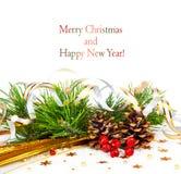 Weihnachtsbaumast mit Goldserpentin und -kegeln Stockfotografie
