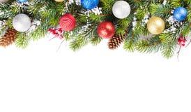 Weihnachtsbaumast mit Schnee und Flitter Stockfotografie