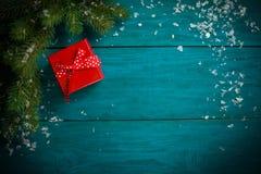 Weihnachtsbaumast mit Schnee- und Herzspielzeug Lizenzfreie Stockbilder