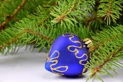 Weihnachtsbaumast und blaues Herz Stockfotografie