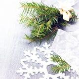 Weihnachtsbaumast und Dekorationen der weißen Weihnacht auf weichem GR Stockfotos