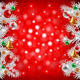 Weihnachtsbaumaste auf rotem Hintergrund Stockfotografie