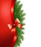 Weihnachtsbaumaste mit einem roten Band und einem Bogen Stockbild