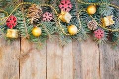 Weihnachtsbaumaste mit Kegeln, Geschenken und Spielwaren auf einem backgrou Lizenzfreies Stockbild