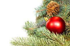 Weihnachtsbaumaste mit Kegeln, Geschenken und Spielwaren auf einem weißen Ba Lizenzfreie Stockfotografie