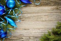 Weihnachtsbaumaste mit Verzierungen stockbilder