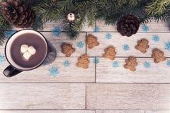 Weihnachtsbaumaste und -dekoration auf weißem Holztisch im Hintergrund stockbilder