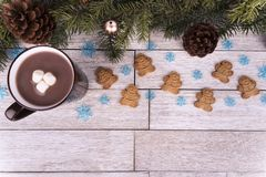 Weihnachtsbaumaste und -dekoration auf weißem Holztisch im Hintergrund stockfotografie