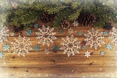 Weihnachtsbaumaste und -schneeflocken verzieren auf natürlichem Holztisch lizenzfreies stockbild