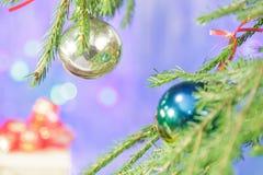 Weihnachtsbaumaste verziert mit Weihnachtsbällen Lizenzfreie Stockfotografie