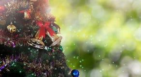 Weihnachtsbaumdekoration auf bokeh Hintergrund mit Blendenfleck Lizenzfreie Stockfotos