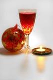 Weihnachtsbaumdekoration mit Kerze und Wein Stockbild
