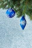 Weihnachtsbaumdekorationen auf einem Fichtenzweig Lizenzfreies Stockfoto