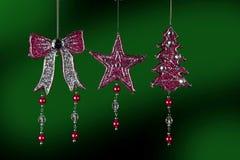 Weihnachtsbaumdekorationen auf Grün Stockfotografie
