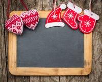 Weihnachtsbaumdekorationen auf hölzerner Tafel der Weinlese stockfotos