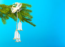 Weihnachtsbaumdekorationen gegen blauen Hintergrund Stockfotografie