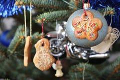 Weihnachtsbaumdekorationen - handgemachte Plätzchen Stockbilder