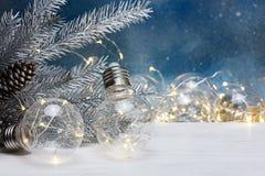 Weihnachtsbaumdekorationen und alte Lampengirlande für Beleuchtung Lizenzfreie Stockfotos