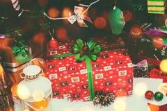 Weihnachtsbaumhintergrund und Weihnachtsdekorationen mit Schnee, Geschenke, verwischt, funkend Karte des glücklichen neuen Jahres Lizenzfreie Stockfotografie