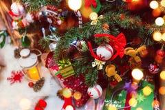 Weihnachtsbaumhintergrund und Weihnachtsdekorationen mit Schnee, Geschenke, verwischt, funkend Karte des glücklichen neuen Jahres Lizenzfreie Stockfotos