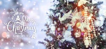 Weihnachtsbaumhintergrund und Weihnachtsdekorationen mit Schnee, verwischt, Funken, glühend vektor abbildung