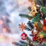 Weihnachtsbaumhintergrund und Weihnachtsdekorationen mit Schnee, verwischt, Funken, glühend Glückliches neues Jahr und Weihnachte Stockbilder
