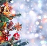 Weihnachtsbaumhintergrund und Weihnachtsdekorationen mit Schnee, verwischt, Funken, glühend Glückliches neues Jahr und Weihnachte Stockbild
