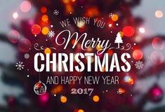 Weihnachtsbaumhintergrund und Weihnachtsdekorationen mit verwischt, Funken, Glühen und Text frohe Weihnachten und guten Rutsch in lizenzfreie stockfotos