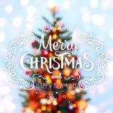 Weihnachtsbaumhintergrund und Weihnachtsdekorationen mit verwischt, Funken, Glühen und Text frohe Weihnachten und guten Rutsch in Lizenzfreie Stockbilder