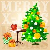 Weihnachtsbaumkaffee auf dem Tisch und Geschenke in den Kästen Lizenzfreies Stockfoto