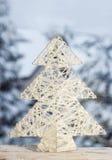 Weihnachtsbaumkonzept auf schneebedecktem Landschaftshintergrund Stockbilder