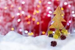 Weihnachtsbaumkonzept gemacht durch Blatt mit rotem Hintergrund Lizenzfreies Stockfoto