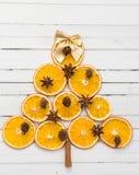 Weihnachtsbaumkonzept gemacht mit orange trockenen Scheiben Lizenzfreie Stockbilder