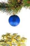 Weihnachtsbaumkugel mit Geschenken Lizenzfreie Stockbilder