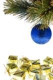 Weihnachtsbaumkugel mit Geschenken Lizenzfreies Stockfoto