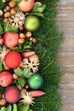 Rote weihnachtskugeln und goldene waln sse stockfoto bild von glas leben 11750254 - Alte weihnachtsbaumkugeln ...